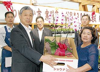 特賞を受け取る飛澤さん(右)