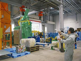 圧縮機で資源物を成型後、業者に搬出される