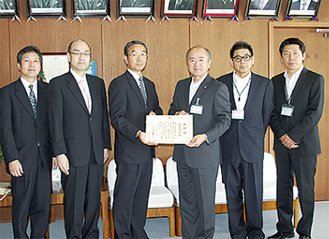 古村税務署長(中央左)から感謝状