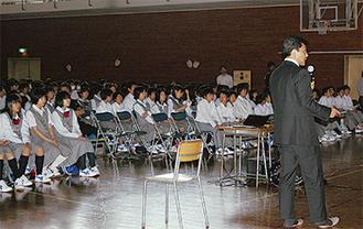 映像を見ながら説明する阪本教授(右)