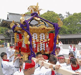 修復後、宮山神輿愛好会によって寒川神社の本殿に運ばれる神輿(写真提供/寒川神社)