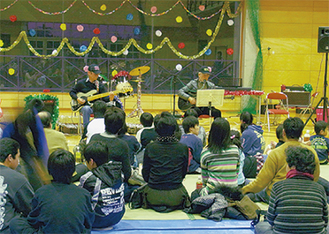 福島愛育園との交流を重ねてきたメンバーら(写真はクリスマス会)