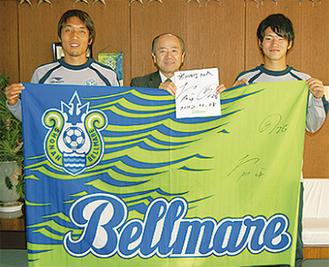 左から山口選手、木村町長、亀川選手