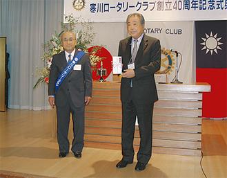 被災地への支援金を地元クラブ会長に贈呈(左は古山会長)