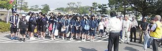 中学生ら132名が植樹作業に参加した