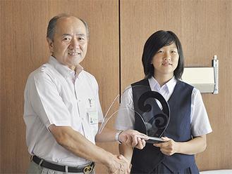 トロフィを手にする畠山さん(右)と木村町長