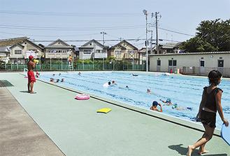 ▶期間や時間を限定して開放が実現した寒川小のプール。猛暑が続く中、子どもたちの歓声がこだましていた