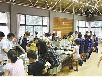 朝食の準備を行う福島の子どもたち