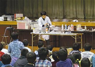 網倉さんの実験を子どもたちが興味深そうに見つめる