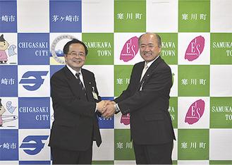 服部市長(左)と木村町長が揃って発表