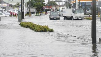 交通量が多い岡田交差点では道路と歩道の境が消えた