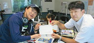 伊豆箱根鉄道(株)小野正貴係長(右)から辞令を受け取ったハギーさん(左)