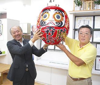当日夜、再選を喜ぶ木村氏(左)