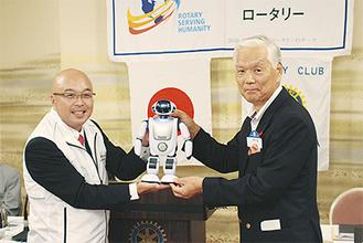 寒川RC中村会長(左)と社協の高橋伸隆会長