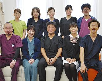 患者やその家族の目線に立って、きめ細やかな応対を心掛けている吉田院長(前列中央)とスタッフ