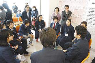 いじめ劇を演じた高校生(右手前)の意見に耳を傾ける生徒ら