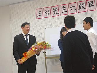 花束を受け取る三谷さん(左)