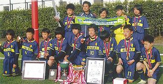 優勝カップとメダルを手に誇らしげな寒川旭イレブン