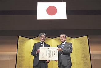 表彰状を持つ柄澤前図書館長(左)と大澤教育長