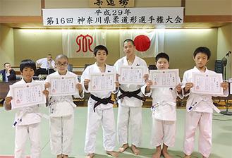 室田道場の入賞者が勢揃い。左から渡辺君、寺島君、金子君、大井君、小助川君、井上君