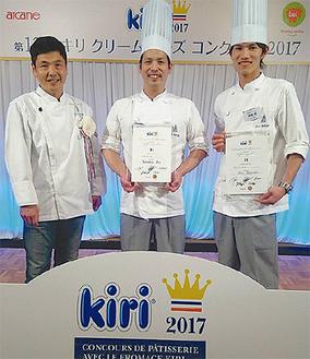 左から大関社長、焼菓子部門優勝の伊藤さん、ジュニア部門銀賞の高坂さん