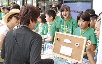 製作した商品を販売する児童たち