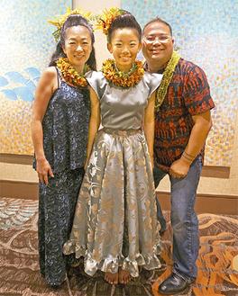 ハワイ大会入賞を喜ぶ石橋さん(中央)