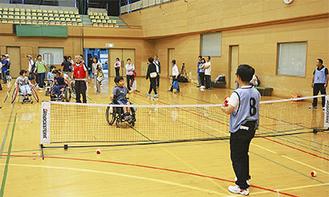 子どもからシニアまで老若男女問わず、車いすテニスを体験できる貴重な機会となった