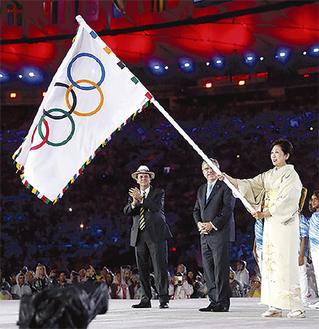 オリンピック・パラリンピックフラッグが3日間、寒川総合体育館で展示されることになった