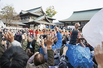 寒川神社では午前、午後の2回、年男による豆まきが行われた