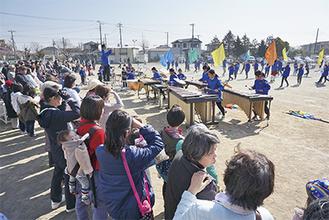 寒川初演奏を一目見ようと多くの来場者で賑わった