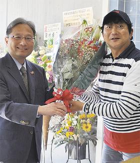 楢井社長(左)からハギーさんに花束が渡された