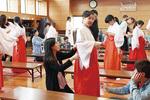 憧れの衣装で神社の仕事を体験