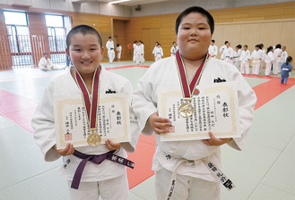 鎌田君(右)と4年生の部で優勝した唐木君