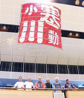 展示された大凧と大凧会のメンバー