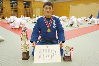 寒川柔友会の練習場で取材に応じる相田選手