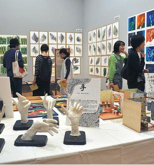 絵画や木工などさまざまな作品が並ぶ展示室