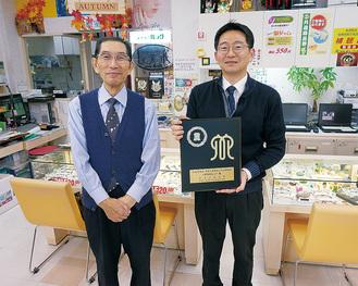 石上重夫さん(左)と社長の雅裕さん