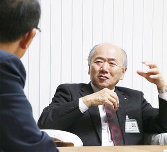 インタビューに応じる木村町長