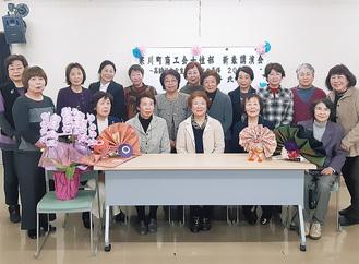 三澤さん(前列中央)を囲んで