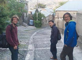 クリストファーさん(左)と早瀧さん(中央)
