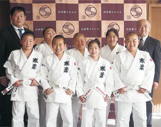 寒川柔友会の選手たちと木村町長(右)