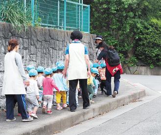 さむかわ保育園2歳児クラスの散歩の様子(宮山)
