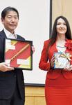 佐藤市長(左)とアナ臨時代理大使