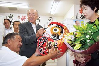 支持者や家族とダルマに目を入れる木村氏