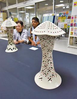 ▲ユニークな形のランプシェードは中から光が漏れる仕組み