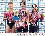 表彰台の福岡さん(右端)