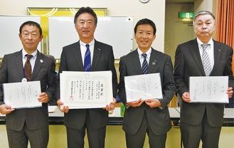 川上会長(左から2番目)と寄付をした各市町の担当者