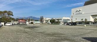 公有地は駐車場としても使われている