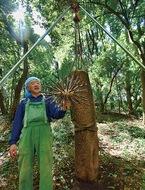 原田さん、森で制作中